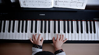 Fingers_on_Piano